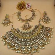 #bridal #chokar #earrings #maangtika #padmawati #kundan #dropletbead #pearls #white